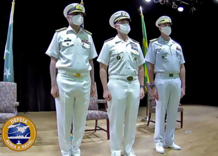 Daesquerda para a direita: Commodore Abdul Munib, Marinha do Paquistão, Vice Adm Brad Cooper, Comandante do CMF e CA Felix da Marinha do Brasil