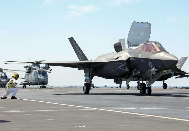 Caça F-35B armado com mísseis ar ar se prepara para decolar do HMS Queen Elizabeth