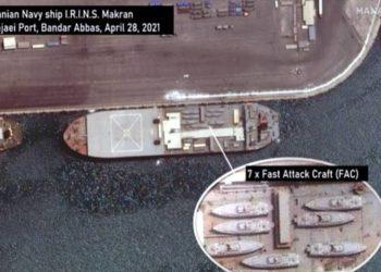 Imagem de satélite mostrando a embarcação iraniana carregando barcos de ataque rápido. Imagem MAXAR via USNI News