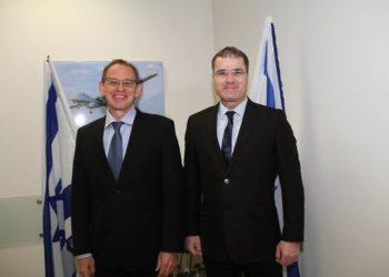 Erez Tsur, Presidente da Carbyne e  Adi Dulberg, IAI-ELTA VP e GM Inteligência , Communicação e Divisão EW. (Crédito: IAI)