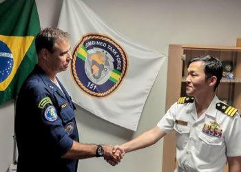 Contra Almirante Félix recebendo o CF Takeshi, comandante do destróier japonês