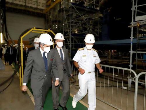 Almirante de Esquadra Olsen conduz o DG-AIEA Rafael Grossi e o Ministro Bento Albuquerque no interior do ESC.