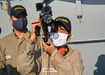 Comandante-Aluna Mônica utiliza instrumento marítimo