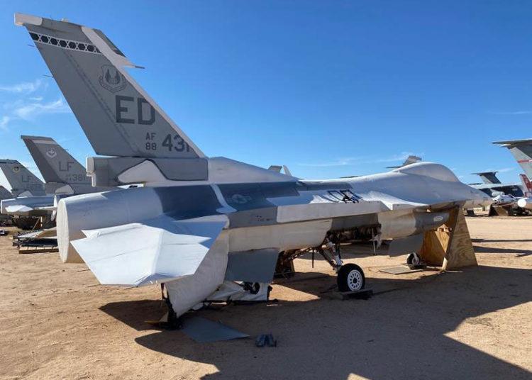 F-16 desativado na Base Aérea Davis-Monthan que será usado para criar uma réplica digital do caça, um modelo 3D que a USAF deseja usar para reduzir os custos de manutenção e modernização