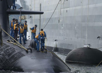 Submarino JS Soryu (SS-501) da JMSDF atraca a bombordo do USS Frank Cable (AS 40) em Guam. Foto Alana La