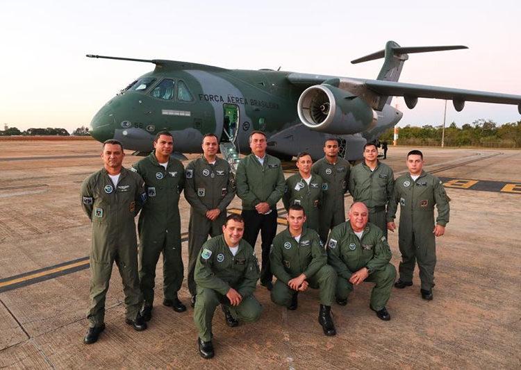 Presidente Jair Bolsonaro com a tripulação do KC-390