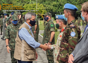 Ministro da Defesa General Braga Neto cumprimenta o representante da ONU, Lt Col Luong Truong Vinh