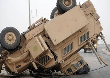 Um veículo blindado repousa sobre sua torre e capô após uma capotagem. Foto Ron Burke / Departamento de Defesa dos EUA