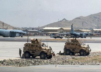 Soldados do Exército dos EUA no aeroporto de Cabul, Afeganistão. Foto Taylor Crul