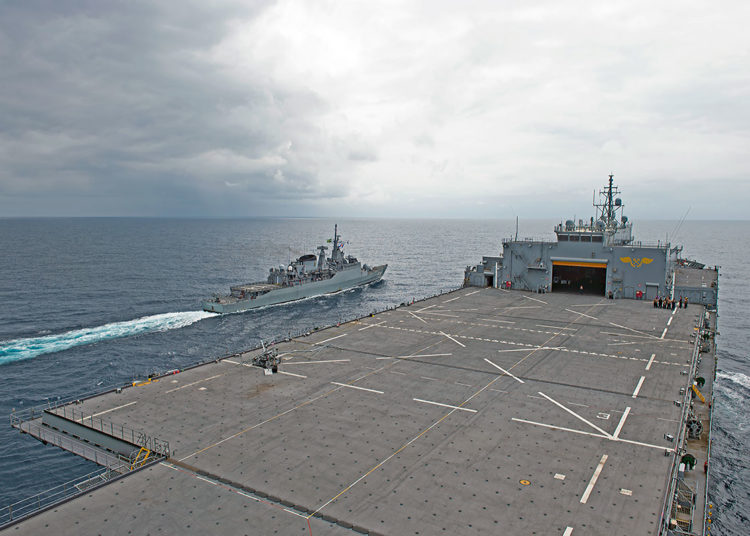 "Fragata Independência navega ao lado do USS Hershel ""Woody"" Williams durante PASSEX"
