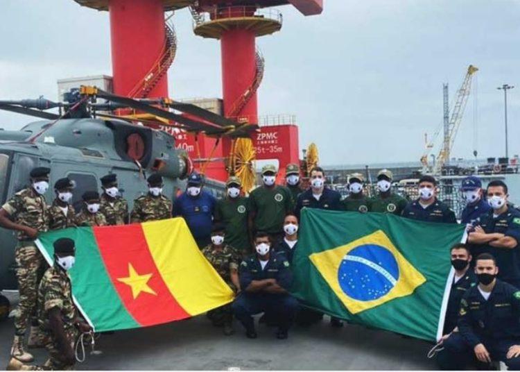 Militares da Marinha Nacional de Camarões e da Marinha do Brasil  envolvidos no exercício