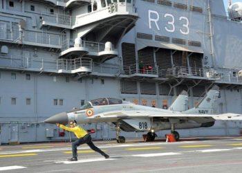 Um MiG-29K indiano se preparando para decolar do INS Vikramaditya