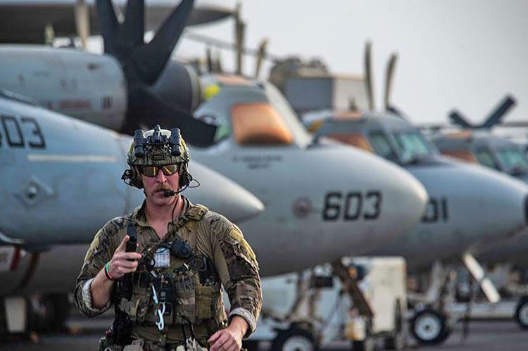 Especialista em explosivos da US Navy se prepara para embarcar no MH-60S SeaHawk do USS Ronald Reagan