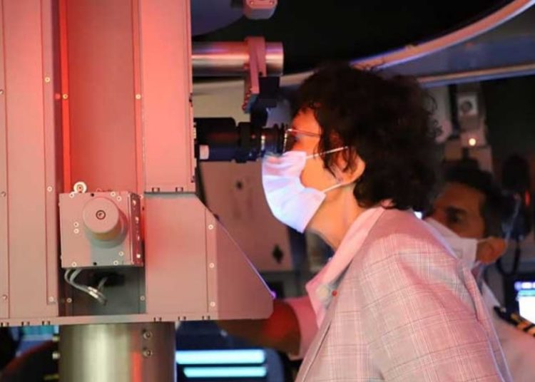 Embaixadora Brigitte Collet observa ao periscópio do simulador tático