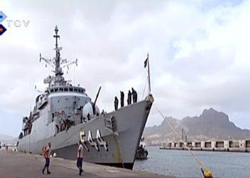 Fragata Independência atracada em São Vicente, Cabo Verde.