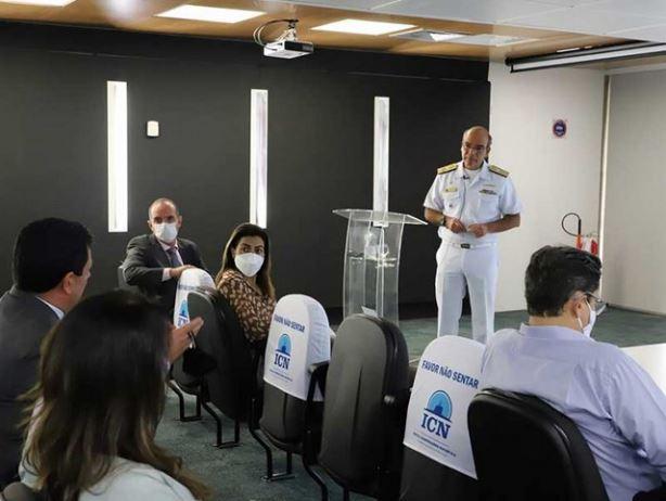 Comitiva de parlamentares assiste à apresentação sobre o  PROSUB proferida pelo Almirante de Esquadra Olsen