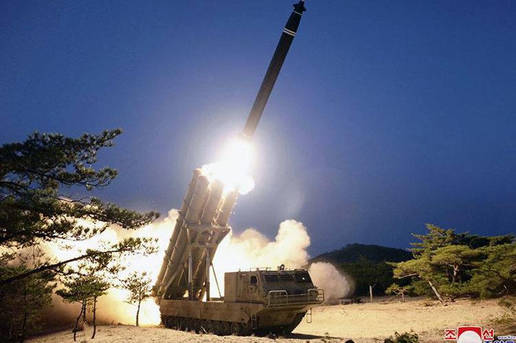 Esta foto da Korean Central News Agency mostra um lançamento de míssil em um local não revelado na Coréia do Norte, 29 de março de 2020. (Kcna)
