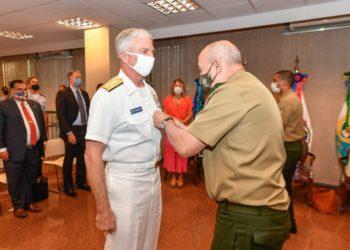 Alte Craig Faller recebendo a Medalha da Vitória, brasileira, pelo Chefe do Estado-Maior Conjunto das Forças Armadas (CEMCFA), General de Exército Laerte de Souza Santos