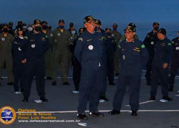 Presidente Bolsonaro conversa com o Comandante da Marinha, AE Garnier antes do início da cerimônia