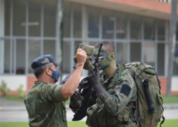 O Comandante Naval de Operações Especiais na entrega do gorro de Comandos Anfíbios 1T (FN) João Herbert Pontes Teixeira.
