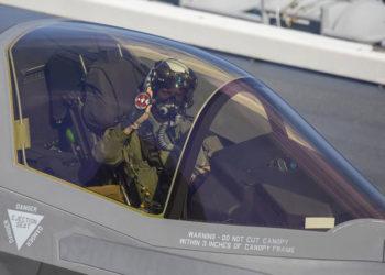 O piloto de teste do Corpo de Fuzileiros Navais, Lt Cel Robert Guyette, segura um patch do Izumo após pousar um F-35B a bordo do porta-aviões japonês em 3/10/21. Foto Tyler Harmon