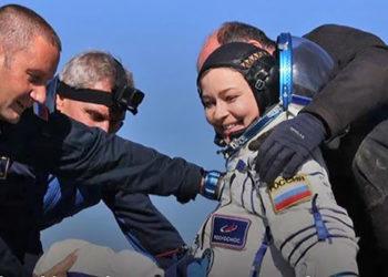 Membro da equipe de filmagem do filme 'Vizov', atriz Iúlia Peresild deixando o módulo de pouso da nave Soyuz MS-18