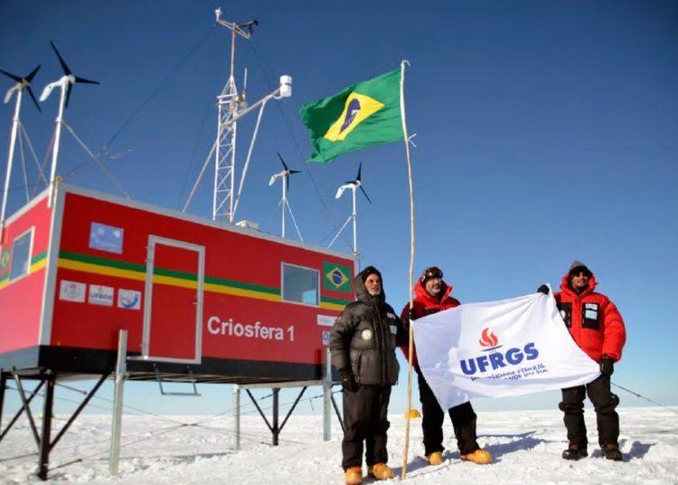 Jefferson Simões, no centro da imagem, ao lado de pesquisadores na Antártica, em 2012 — Foto: Marcelo Arevalo/Centro Polar e Climático - UFRGS