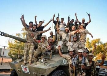 Militares comemoram retomada de cidade libanesa do domínio do Estado Islâmico. (Foto: Associated Press)
