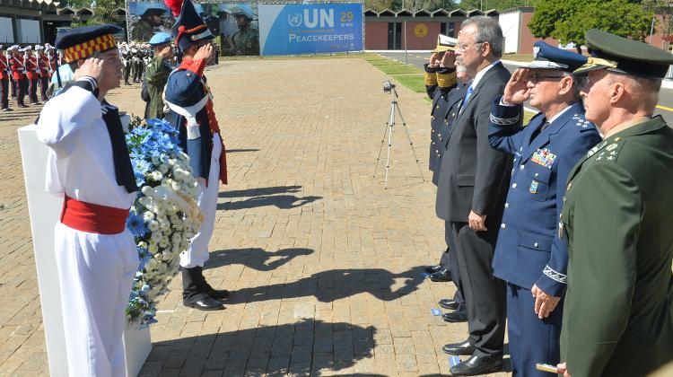 Ministro Raul Jungmann depositou uma coroa de flores no dispositivo símbolo do capacete azul, que identifica os integrantes mortos da ONU-Foto Tereza Sobreira