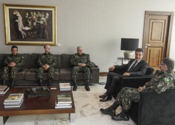 Governador Beto Richa recebe o general Edson Leal Pujol, Comandante Militar do Sul, acompanhado de demais generais. Curitiba, 23/05/2016. Foto: Pedro Ribas/ANPr