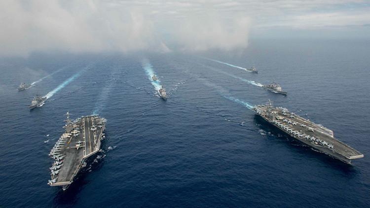 O porta-aviões USS John C. Stennis e USS Ronald Reagan participar em exercícios militares no Mar das Filipinas, 18 de junho de 2016. Jake Greenberg Reuter