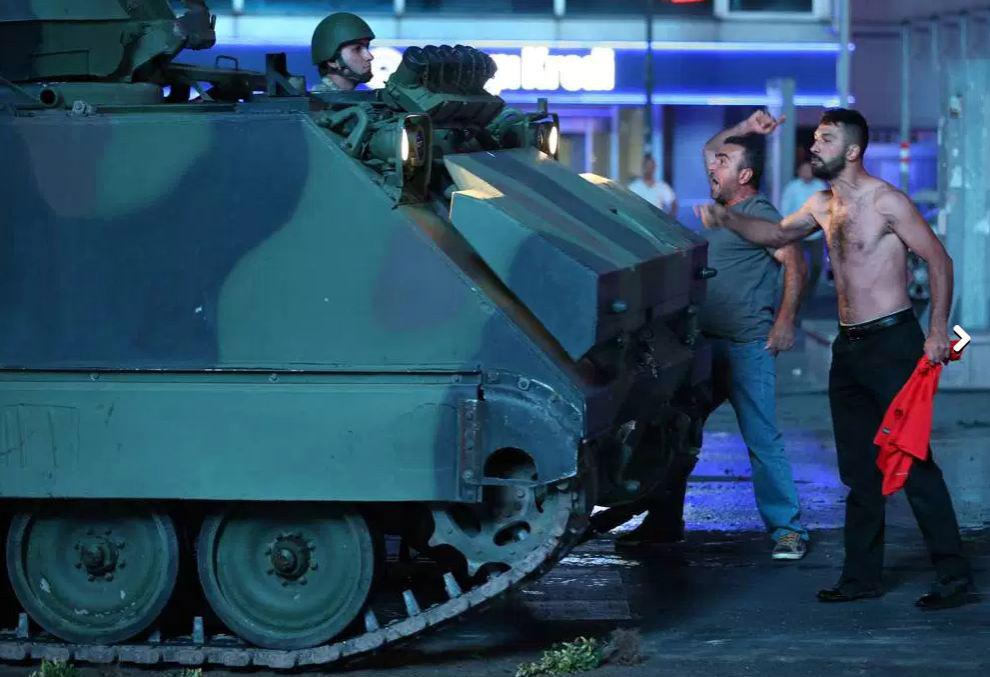 Turcos reagem contra a tentativa de golpe militar, em Istambul - 15/07/2016 (Sinan Yiter/Anadolu Agency/Getty Images)