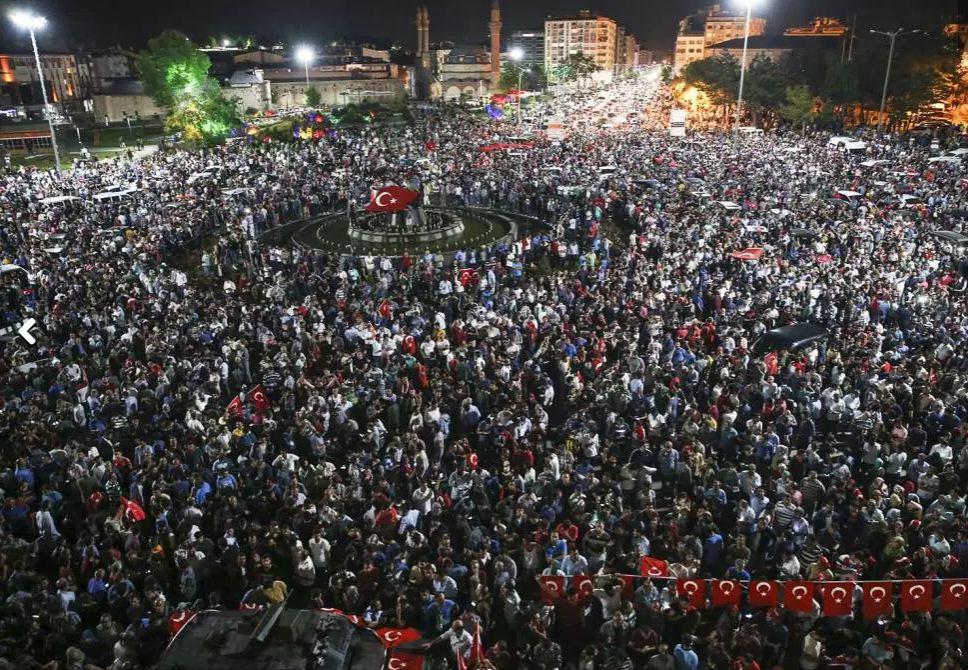 População toma às ruas na cidade de Sivas, na Turquia,contra a tentativa de golpe de Estado anunciada por militares - 15/07/2016 (Serhat Cagdas/Anadolu Agency/Getty Images)