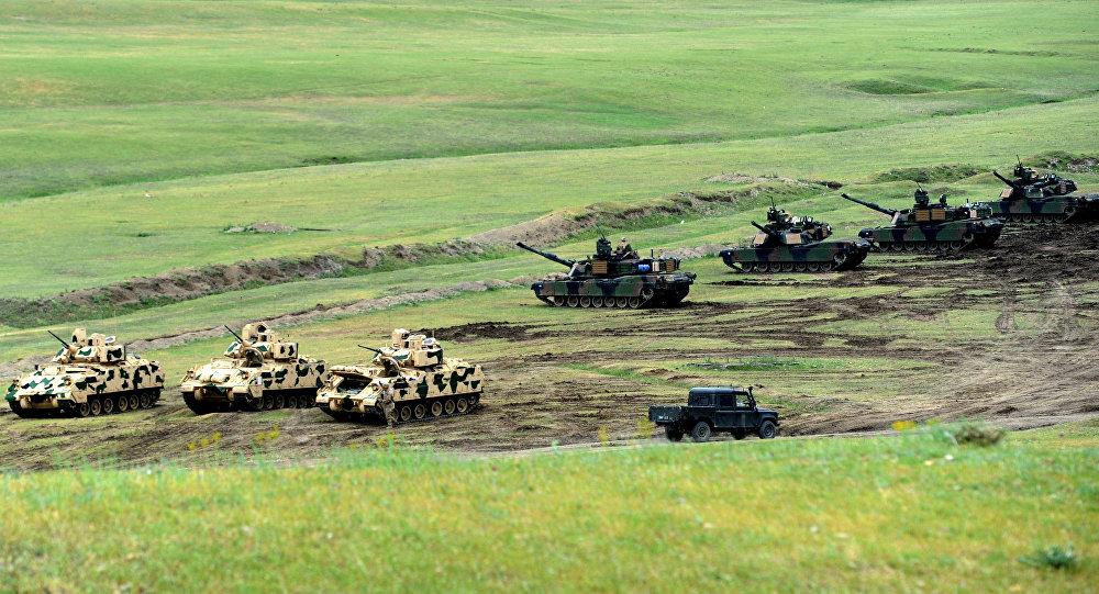 Tanques M1A2 Abrans e veículos de combate Bradley durante exercício Noble Partener 2016 perto de Tbilisi, Geórgia - © AFP 2016/ VANO SHLAMOV